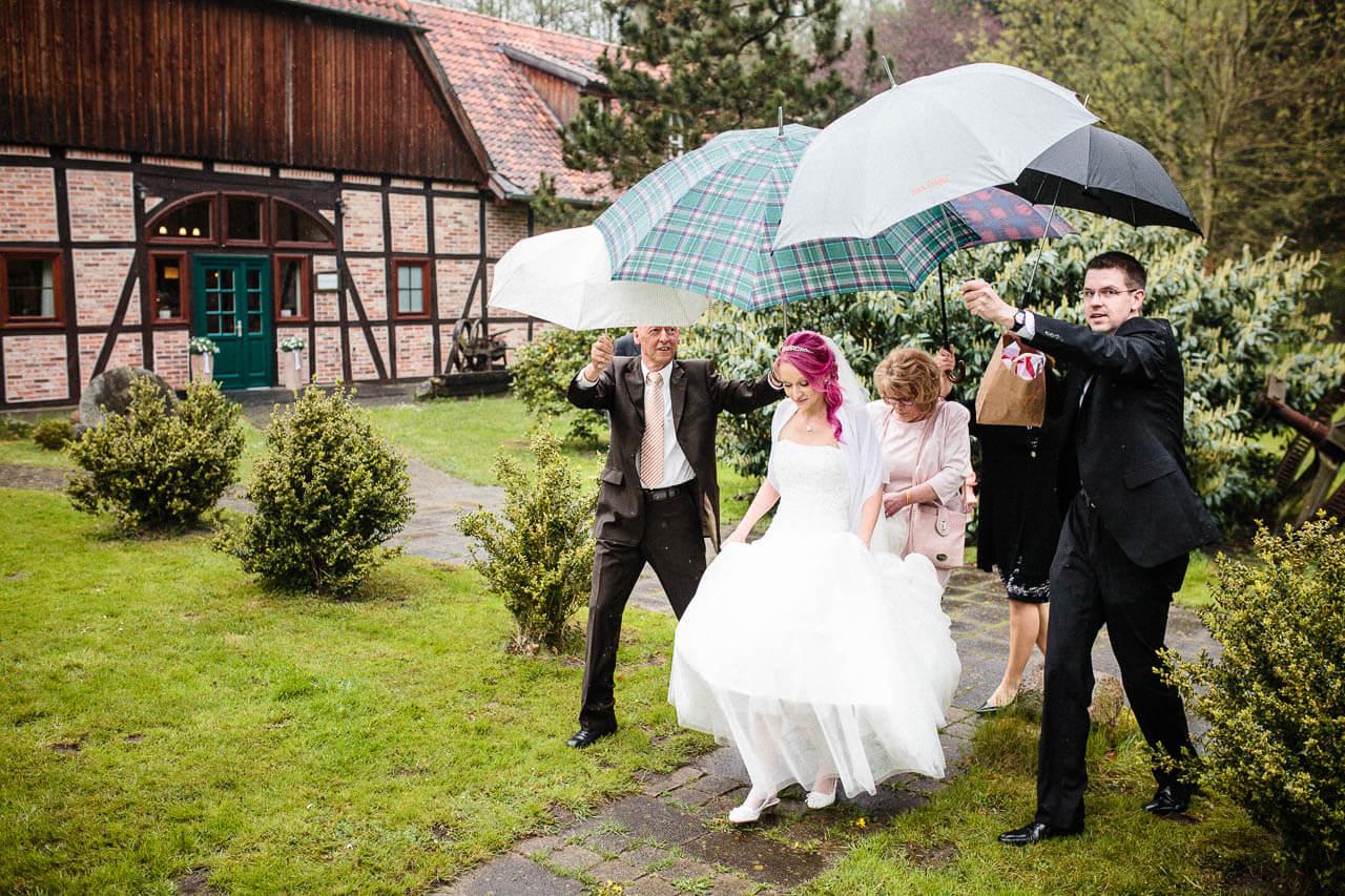 Plötzlicher Regenschauer bei einer Hochzeit in der Kötjemühle Uetze