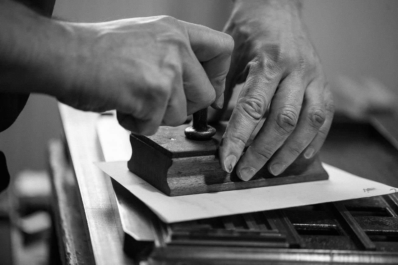 Der Drucker Martin Z Schröder sorgt in diesem Arbeitsschritt für das Ebnen vom Schließrahmen